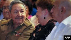 Президент Кубы Рауль Кастро (слева)