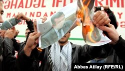 Митингующие сожгли фото министра образования Мисира Марданова, 18 декабря 2010