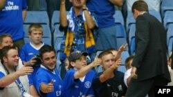 U.K. -- Chelsea Football Club owner Roman Abramovich (R) greets fans on the pitch at the Stamford Bridge Stadium, London, 23Aug2003