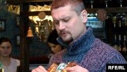 Зьміцер Сасноўскі з вокладкай новага альбому