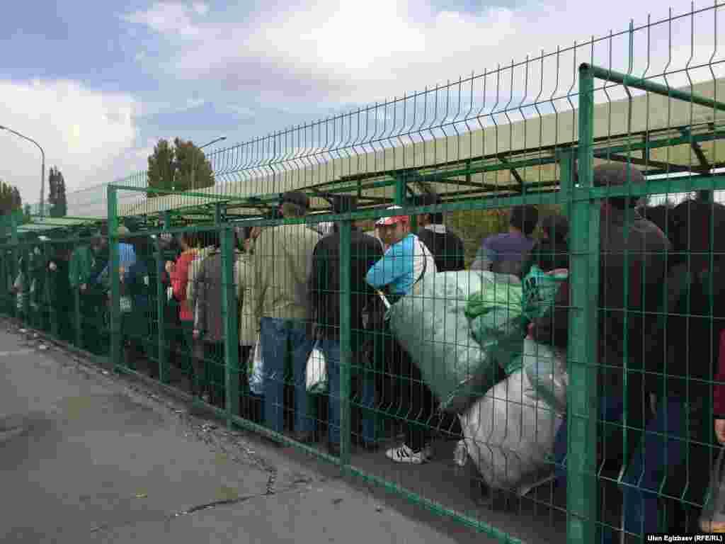 Однако многие люди, стоящие в очередях на границе, связали ситуацию с высказываниями президента Кыргызстана Алмазбека Атамбаева. 7 октября он подверг критике руководство Казахстана и обвинил в попытке вмешательства в президентские выборы в соседней стране.