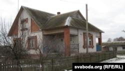 Калгасны дом, дзе жыве Насьця з маці