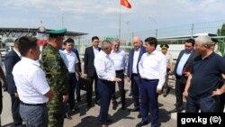 Премьер-министр Кыргызстана Мухаммедкалый Абылгазиев посетил КПП на кыргызско-казахстанской границе.