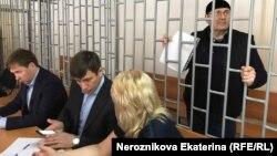 Оюб Титиев с адвокатами на слушаниях в Верховном суде Чечни, 4 мая 2018 года