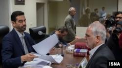 پرویز کاظمی، وزیر سابق رفاه و تامین اجتماعی، (سمت راست) در دادگاه