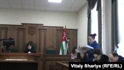 Судья Мимоза Цушба предложила зачитать вводную и резолютивную части приговора, но сторона защиты выступила с требованием огласить полный текст приговора
