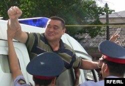 """""""Алма-Ата инфо"""" газетінің бас редакторы Рамазан Есіргепов сот үкімі шыққан күні. Тараз, 8 тамыз 2009 жыл."""