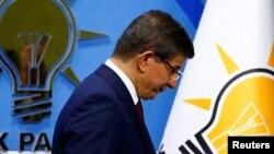 Премьер-министр Турции Ахмет Давутоглу покидает пресс-конференцию, на которой сообщил о своем решении уйти в отставку, Анкара, 5 мая 2016