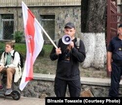 Громадський активіст Ян Мельников під час акції біля посольства Білорусі в Україні. Київ, 10 серпня 2020 року