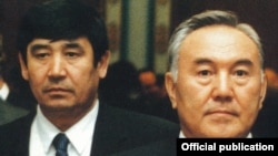 Президент Казахстана Нурсултан Назарбаев (справа) и Амангельды Шабдарбаев (слева). Астана, 2000 год.