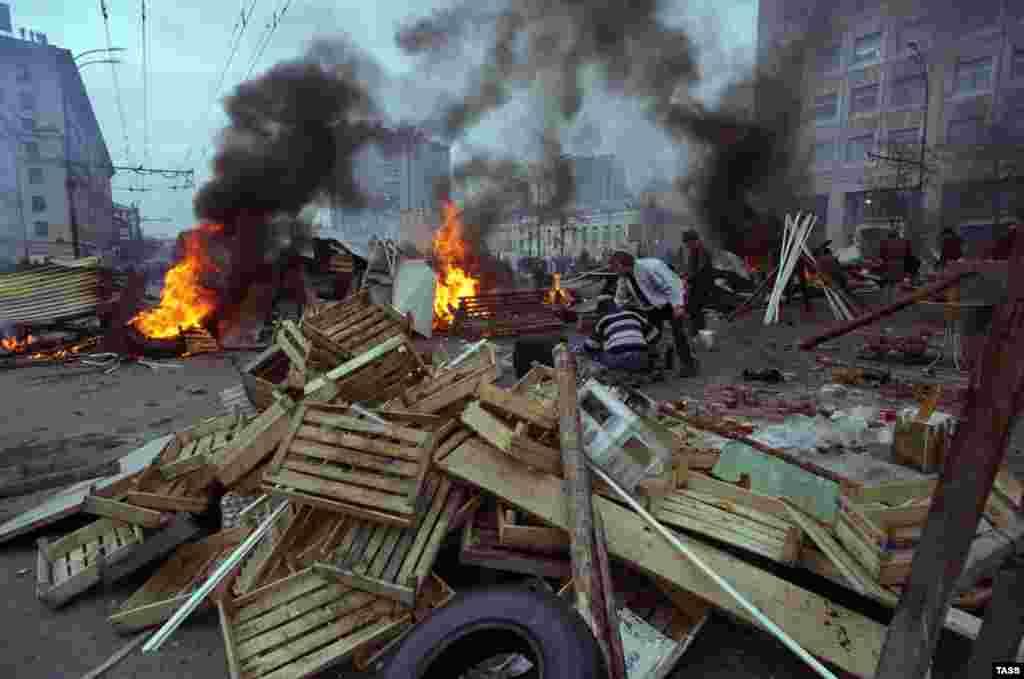 После долгого противостояния между Борисом Ельциным и Верховным Советом президент распустил парламент - 21 сентября 1993 года. Депутаты отказались покидать здание, сторонники Верховного Совета начали строить баррикады на улицах.