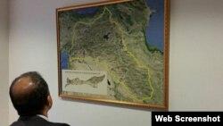 Moskva nümayəndəliyində asılmış xəritədə Rojava və ya Qərbi Kürdüstanın Azərbaycanla həmsərhəd olduğu görünür