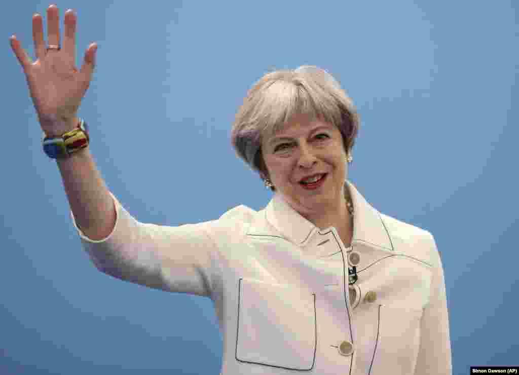 МАКЕДОНИЈА - Оваа година кога одбележуваме 25-години од дипломатските односи меѓу Македонија и Велика Британија, врските меѓу нашите земји се посилни од кога и да е, изјави британската премиерка Тереза Меј во Скопје, каде допатува со поддршка за Македонија.