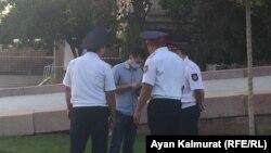 Полиция Астана алаңына келген адамның құжаттарын тексеріп тұр. Алматы, 6 шілде 2018 жыл.