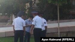 Сотрудники полиции проверяют документы у прохожего. Иллюстративное фото.