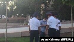 Сотрудники полиции проверяют документы у мужчины на подходе к площади Астана. Алматы, 6 июля 2018 года.
