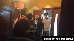 Медики скорой помощи прибыли к квартире родителей активиста Талгата Аяна, где в это время проводят обыск. Атырау, 20 мая 2016 года.