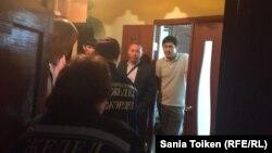 Врачи скорой помощи заходят в квартиру родителей Талгата Аяна, где проводят обыск. Медиков вызвали для матери активиста, которой стало плохо. Атырау, 20 мая 2016 года.