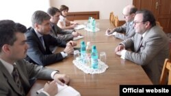 Serghei Gubarev și Eugen Carpov la masa de negocieri, la Chișinău, în august 2012