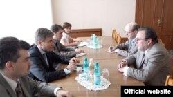 Serghei Gubarev (dreapta) discută cu Eugen Carpov, vicepremierul pentru reintegrare.