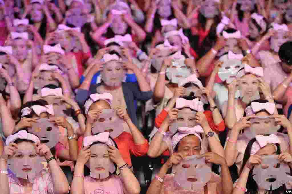 1213 чалавек у Тайбэі адначова апранулі на 10 хвілінаў маскі, каб патрапіць у кнігу рэкордаў Гінэса.