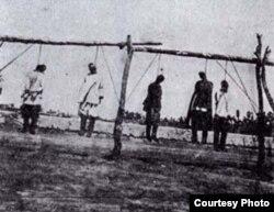 """Көтерілісшілерді жазалау. Қазақстан, Түркістан аймағы, 1916 жыл. Сурет """"Қазақстан тарихы мен мәдениетінің үлкен атласы"""" кітабынан алынған."""