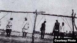 Казнь участников восстания 1916 года в Туркестанском крае. Фото из книги «Большой атлас истории и культуры Казахстана».