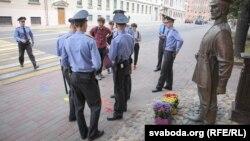 Актывісты, міліцыянты і скульптура «царскага паліцыянта» падчас акцыі 28 красавіка