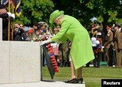 Королева Елизавета II на британском военном кладбище во Франции