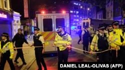 Британская полиция оцепила место в районе Финсбери-парка, где фургон наехал на пешеходов, Лондон, Великобритания, 19 июня 2017 года