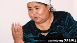 Есентай Қапардың отбасындағы төртемді бағып отырған әжесі Күләйхан Ыбырайқызы. Алматы, 29 мамыр 2012 жыл.