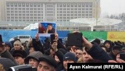 Люди у монумента Независимости в Алматы. 16 декабря 2019 года.