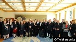 Predsjednik Mesić sa dobitnicima priznanja povodom Dana neovisnosti