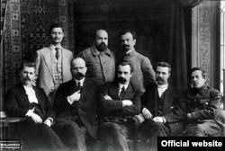 Члени першого уряду України, сформованого Центральною Радою. Сергій Єфремов – четвертий у нижньому ряду, поруч із Симоном Петлюрою (крайній справа). Київ. 28 червня 1917 року