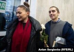 Володимир Ємельянов, який отримав 2 роки позбавлення волі умовно, залишає приміщення суду