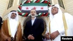 Муаз әл-Хатиб (ортада) Сирия оппозициялық коалициясының Катардағы елшілігінің ашылуында. Доха, 27 наурыз 2013 жыл.