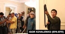 Арнайы жасақ операциясы басталғанда Атамбаевтың қасында болған оның қауіпсіздік қызметі бұрынғы президентті қорғап тұр.