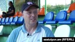 Посол Великобритании в Армении Джонатан Джеймс Эйвс дает интервью Радио Азатутюн, 26 июля 2012 г.