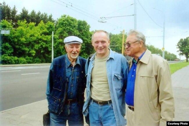 Рыгор Барадулін, Уладзімер Някляеў і Генадзь Бураўкін у Менску. Фота С. Шапрана