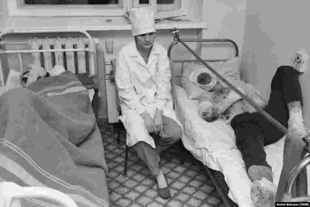 Медсестра в городской больнице Уфы с пострадавшими от катастрофы. В течение нескольких дней после взрыва в больницах умерло более 300 раненых