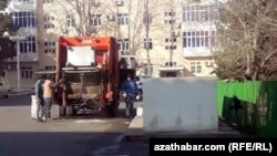 Мусорный контейнер во дворе столичного микрорайона, Ашхабад, февраль, 2020