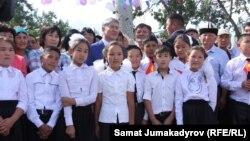 Президент Алмазбек Атамбаев балдар менен.