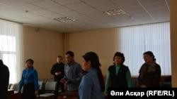 Присутствующие в суде по иску бывшего чиновника Алмата Ермагамбетова. Актобе, 14 февраля 2017 года.