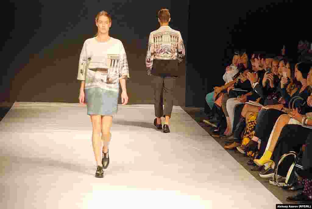 Дизайнер из Казахстана Камила Курбани в рамках KFW представила одежду как для женщин, так и для мужчин. Ееколлекция примечательна тем, что на многих образцах видны достопримечательности Алматы (оперный театр, телевышка на Коктобе, памятник Независимости и др.).