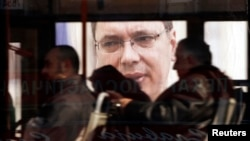 Plakati sa likom Aleksandra Vučića vide se kroz prozor autobusa, Beograd, mart 2014