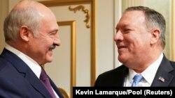 Американскиот државен секретар Мајк Помпе со претседателoт на Белорусија, Александар Лукашенкo.