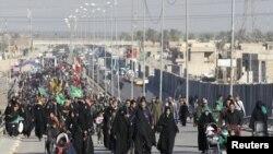 حشود من السائرين تغلق شارعاً في بغداد