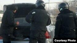 Полицейские проводят досмотр машины. Жанаозен, 19 декабря 2011 года.
