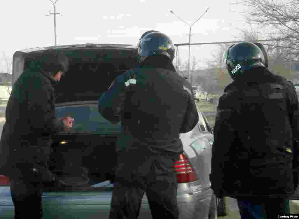 В Польше задержан свидетель событий в Жанаозене Меирман Шауенов. Он находился вместе со своей семьей в центре для беженцев в городе Згерж с начала 2012 года. На фото: Полицейские проводят досмотр машины. Жанаозен, 19 декабря 2011 года.