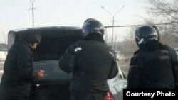 Жаңаөзенде полиция автокөлікті тексеріп жатыр. Жаңаөзен, 12 желтоқсан 2011 жыл.